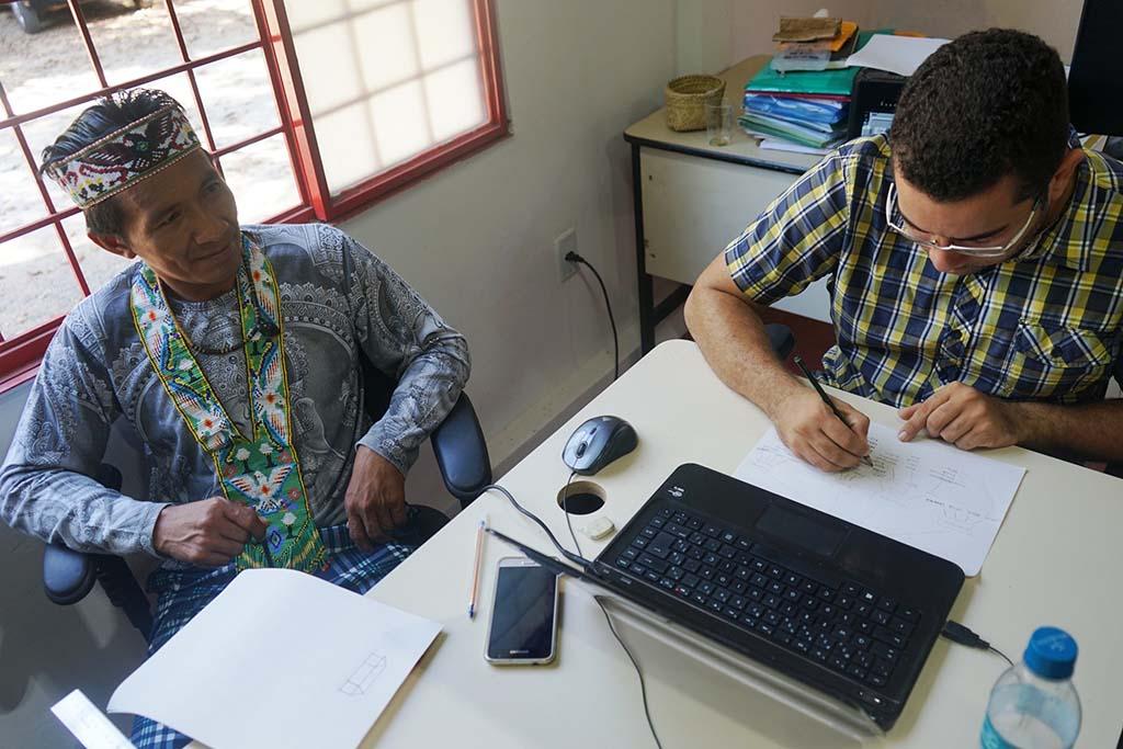 Edílson Katukina e Billy Fequis (CPI-Acre) elaborando protótipo para monitoramento de uso tradicional da terra. Foto: Carolina Comandulli